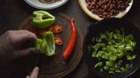Το άτομο κόβει ένα γλυκό πιπέρι για το fajita Μεξικάνικο βίντεο τροφίμων απόθεμα βίντεο