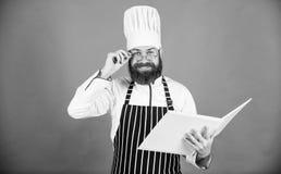 Το άτομο μαθαίνει τη συνταγή Δοκιμάστε κάτι νέο Μαγειρική στο μυαλό μου Βελτιώστε την ικανότητα μαγειρέματος Συνταγές βιβλίων Σύμ στοκ φωτογραφίες