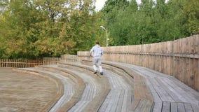 Το άτομο μειώνει ένα σύνολο σκαλοπατιών στο πάρκο Άτομο που τα σκαλοπάτια στο πάρκο απόθεμα βίντεο