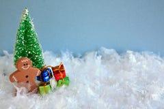 Το άτομο μελοψωμάτων με παρουσιάζει και χριστουγεννιάτικο δέντρο Στοκ Εικόνα