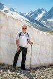 Το άτομο Μεσαίωνα στο βουνό χιονιού Στοκ Φωτογραφίες