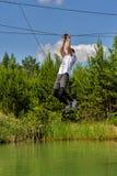 Το άτομο μεταφέρεται στο σχοινί μέσω του ποταμού Στοκ εικόνα με δικαίωμα ελεύθερης χρήσης