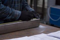 Το άτομο μετρά το σχεδιάγραμμα μετάλλων Στοκ Φωτογραφίες