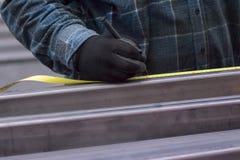 Το άτομο μετρά το σχεδιάγραμμα μετάλλων Στοκ Εικόνες