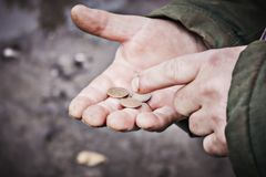 Το άτομο μετρά τα χρήματα στα χέρια του Στοκ εικόνες με δικαίωμα ελεύθερης χρήσης