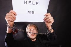 Το άτομο με το αλυσοδεμένο κράτημα χεριών με βοηθά να υπογράψω Στοκ φωτογραφίες με δικαίωμα ελεύθερης χρήσης