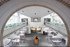 Το άτομο με το κινητό τηλέφωνο διαβάζει στο ρωμαϊκό μουσείο Στοκ εικόνα με δικαίωμα ελεύθερης χρήσης