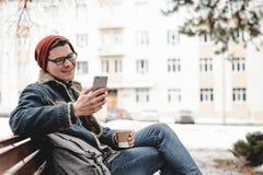 Το άτομο με το κινητό τηλέφωνο πίνει τον καφέ υπαίθριο Στοκ φωτογραφία με δικαίωμα ελεύθερης χρήσης