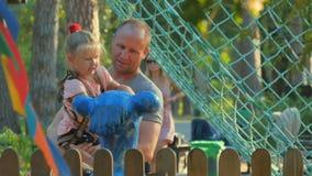 Το άτομο με λίγη κόρη παρατηρεί ένα μνημείο στο πάρκο απόθεμα βίντεο