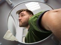 Το άτομο με παραδίδει την τουαλέτα στοκ φωτογραφία με δικαίωμα ελεύθερης χρήσης