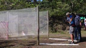 Το άτομο με το σήμα στην πυρκαγιά κατά τη διάρκεια της κατάρτισης πρακτικής στον πρακτικό πυροβολισμό απόθεμα βίντεο