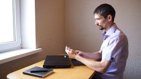 Το άτομο με το τηλέφωνο έρχεται στον εργασιακό χώρο απόθεμα βίντεο
