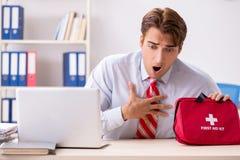 Το άτομο με την εξάρτηση πρώτων βοηθειών στο γραφείο στοκ εικόνα