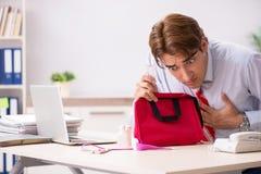 Το άτομο με την εξάρτηση πρώτων βοηθειών στο γραφείο στοκ εικόνες