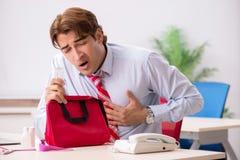 Το άτομο με την εξάρτηση πρώτων βοηθειών στο γραφείο στοκ φωτογραφίες με δικαίωμα ελεύθερης χρήσης