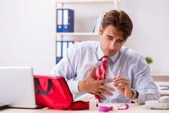 Το άτομο με την εξάρτηση πρώτων βοηθειών στο γραφείο στοκ φωτογραφία με δικαίωμα ελεύθερης χρήσης