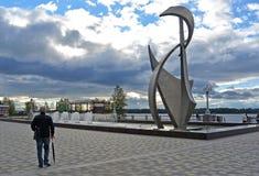 Το άτομο με την ομπρέλα εξετάζει την πηγή στο ανάχωμα Samara, Ρωσία του Βόλγα Στοκ Εικόνα