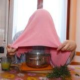 Το άτομο με την πετσέτα αναπνέει τους ατμούς βάλσαμου για να μεταχειριστεί τα κρύα Στοκ φωτογραφία με δικαίωμα ελεύθερης χρήσης