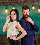 Το άτομο με τη γενειάδα και ο δάσκαλος eyeglasses στέκονται πίσω να υποστηρίξουν, πίνακας κιμωλίας στο υπόβαθρο Ο δάσκαλος και sc Στοκ Εικόνες