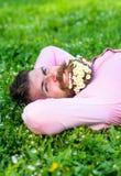 Το άτομο με τη γενειάδα στο ευτυχές πρόσωπο απολαμβάνει τη φύση Ενώστε με την έννοια φύσης Hipster με την ανθοδέσμη των μαργαριτώ στοκ εικόνα