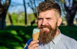 Το άτομο με τη μακριά γενειάδα απολαμβάνει το παγωτό, κλείνει επάνω Έννοια κατάψυξης Το άτομο με τη γενειάδα και mustache στο ευτ Στοκ εικόνες με δικαίωμα ελεύθερης χρήσης
