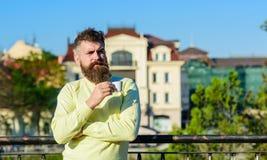 Το άτομο με τη μακριά γενειάδα απολαμβάνει τον καφέ Έννοια καφέ πρωινού Το γενειοφόρο άτομο με την κούπα espresso, πίνει τον καφέ Στοκ εικόνα με δικαίωμα ελεύθερης χρήσης