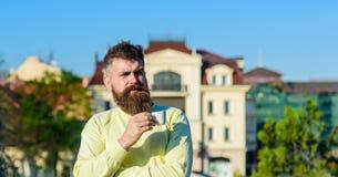 Το άτομο με τη μακριά γενειάδα απολαμβάνει τον καφέ Το άτομο με τη γενειάδα και mustache στο ήρεμο πρόσωπο πίνει τον καφέ στο μπα Στοκ εικόνες με δικαίωμα ελεύθερης χρήσης