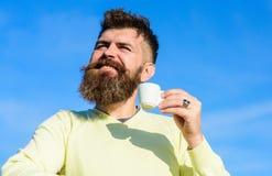 Το άτομο με τη μακριά γενειάδα απολαμβάνει τον καφέ Το άτομο με τη γενειάδα και mustache στο πρόσωπο χαμόγελου πίνει τον καφέ, υπ Στοκ φωτογραφία με δικαίωμα ελεύθερης χρήσης