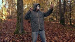 Το άτομο με τη τρομακτική μάσκα αποκριών παίρνει selfies στο τηλέφωνο απόθεμα βίντεο