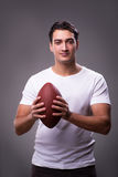 Το άτομο με το αμερικανικό ποδόσφαιρο στην αθλητική έννοια στοκ εικόνες