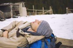 Το άτομο με το σακίδιο πλάτης Στοκ Εικόνες