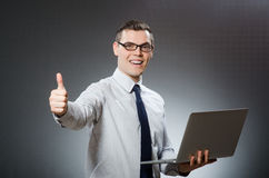 Το άτομο με το lap-top και τους αντίχειρες επάνω Στοκ φωτογραφία με δικαίωμα ελεύθερης χρήσης