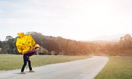 Το άτομο μηχανικών φέρνει το φορτίο Στοκ εικόνες με δικαίωμα ελεύθερης χρήσης