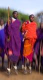 Το άτομο μιας φυλής Masai παρουσιάζει τελετουργικά άλματα Στοκ Εικόνες