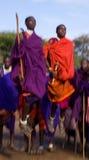 Το άτομο μιας φυλής Masai παρουσιάζει τελετουργικά άλματα Στοκ Φωτογραφία