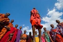 Το άτομο μιας φυλής Masai παρουσιάζει τελετουργικά άλματα Στοκ Εικόνα