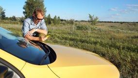 Το άτομο μιλά στο τηλέφωνο κοντά στο αυτοκίνητο φιλμ μικρού μήκους