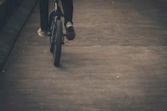 Το άτομο οδηγά ένα ποδήλατο στο δρόμο στοκ εικόνες