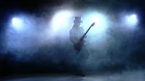 Το άτομο λουρίδων που παίζει τη βαθιά κιθάρα στο στούντιο, επιβραδύνει απόθεμα βίντεο