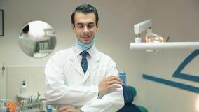 Το άτομο οδοντιάτρων παίρνει της μάσκας και του χαμόγελου απόθεμα βίντεο