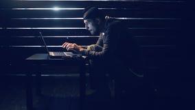 Το άτομο ο χάκερ εργάζεται πίσω από τον υπολογιστή απόθεμα βίντεο