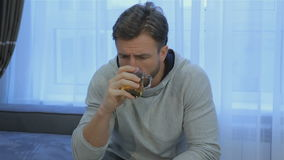 Το άτομο πίνει το τσάι στο σπίτι φιλμ μικρού μήκους