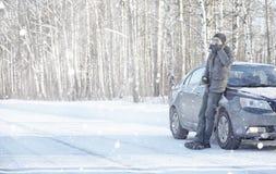 Το άτομο πίνει το τσάι από την κούπα υπαίθρια στο χειμερινό δρόμο Στοκ Εικόνες