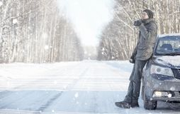 Το άτομο πίνει το τσάι από την κούπα υπαίθρια στο χειμερινό δρόμο Στοκ φωτογραφία με δικαίωμα ελεύθερης χρήσης