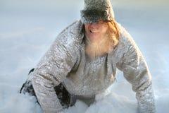 Το άτομο παίζει και απεικονίζει ένα σκυλί στο κρύο Ο ατμός βγαίνει από το στόμα του στοκ φωτογραφία με δικαίωμα ελεύθερης χρήσης