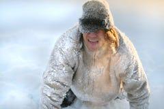 Το άτομο παίζει και απεικονίζει ένα σκυλί στο κρύο στοκ εικόνες με δικαίωμα ελεύθερης χρήσης