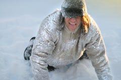 Το άτομο παίζει και απεικονίζει ένα σκυλί στο κρύο στοκ εικόνες