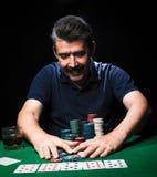Το άτομο παίζει το πόκερ Ο συναισθηματικός παίκτης καρτών κερδίζει στο παιχνίδι, άτομο VE Στοκ Εικόνα