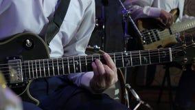 Το άτομο παίζει την ηλεκτρική κιθάρα στην ορχήστρα τζαζ απόθεμα βίντεο