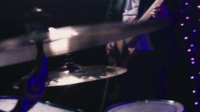 Το άτομο παίζει τη βαθιά κιθάρα σε μια κινηματογράφηση σε πρώτο πλάνο συναυλίας απόθεμα βίντεο